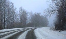 Гололед местами затрудняет дорожное движение во всех регионах Латвии