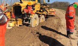 ФОТО: Грейдер застрял в грязи, пытаясь выровнять дорогу