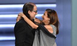 Par sensāciju kļūst režisora publiskais bildinājums 'Emmy' ceremonijā