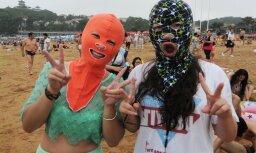 """Новый тренд """"Фейскини"""": все больше людей ходят на пляж в масках"""