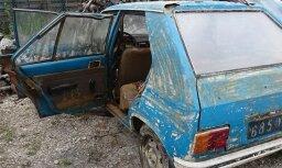 Foto: Francijā no dīķa izvelk pirms 38 gadiem nozagtu 'Peugeot'