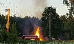Foto: Kārsavā ugunskura dzēšanai izsauc VUGD