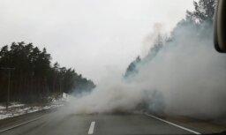 """Видео: этот автоводитель """"поставил дымовую завесу"""" на Рижской объездной дороге"""