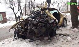 ВИДЕО: VW Passat на скорости влетел в дерево; водителя пришлось вырезать