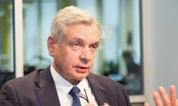 Vien formāla skolu tīkla reformēšana neļaus celt skolotāju algas, brīdina Šadurskis