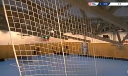 Video: Čehijā florbola spēles laikā iebrūk jumts; brīnumainā kārtā visi izglābjas