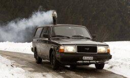 'Volvo 240' universālis ar malkas krāsniņu salonā