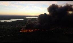 ВИДЕО. Черный дым над Юрмалой: пожар на свалке с высоты птичьего полета