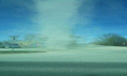 Video: Pierīgā plosās jaudīgs smilšu virpuļviesulis