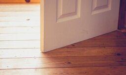 Sieviete guvusi nopietnas traumas, iecērtot pirkstus virtuves durvīs