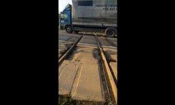 'Īsta saimnieka dzelzceļš' - lasītājs pie 'Knauf' pamana bojājumu pārbrauktuvē