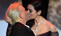Monika Beluči ļaujas mežonīgam skūpstam ar jaunu komiķi