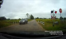 Video: Autovadītājs izaicina likteni, šķērsojot pārbrauktuvi īsi pirms drezīnas