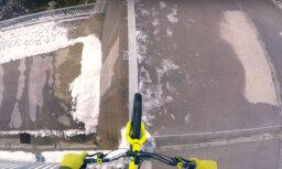 Reibinošs video: Pārgalvis ar velosipēdu balansē uz aizsprosta