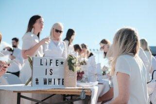 Foto: 1300 elegantu piknikotāju bauda vakariņas un saulrietu Rīgas Pasažieru ostā