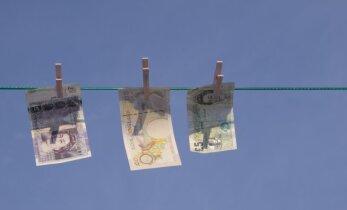 Apskats: pēc referenduma milzīgs kritums mārciņai; labi neklājas arī eiro