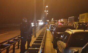 Pa sauszemi nevarēs, tikai ar prāmi: joprojām 'iestrēguši' pie Vācijas-Polijas robežas (plkst. 23.55)