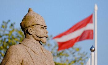 Kāpēc Ventspils centrā ir piemineklis vīram, kurš cīnījās pret Latvijas valsti