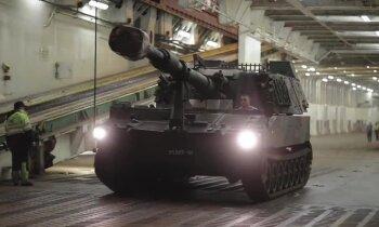 Foto: Latvijas armija no Austrijas saņem pirmās pašgājējhaubices sistēmas