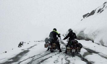 Video: Neprātīgi lietuviešu ceļotāji ar močiem šķērso augstāko Himalaju pāreju un riskē ar dzīvību