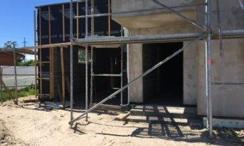 Долгострой в Марупе: семьи требуют вернуть залог, застройщик обвиняет банк
