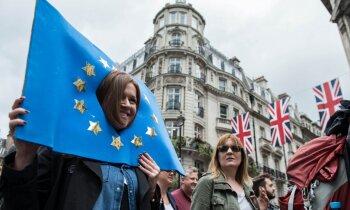 'Delfi' no Strasbūras: Junkera centieni novilcināt 'Brexit' pārrunas ir smieklīgi, uzskata britu deputāts