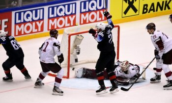 Latvijas hokejisti dramatiski pagarinājumā zaudē ASV