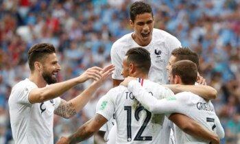 Francijas futbolisti pieveic Urugvaju un iekļūst Pasaules kausa pusfinālā