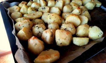 Cepeškrāsnī cepti jaunie kartupeļi ar kraukšķīgu garoziņu un ķiploku mērce