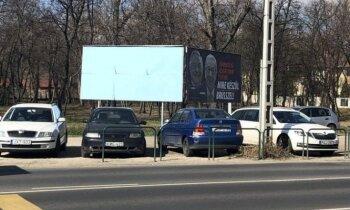 Foto: Vēbera vizītes laikā Ungārijā aizmālē Junkeru un Sorosu nomelnojošus plakātus