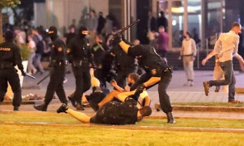 Foto un video: Tūkstošiem baltkrievu skandē: 'Уходи!'; OMON atbild ar brutālu spēku