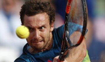 Gulbis pēc Tsongas traumas iekļūst 'French Open' astotdaļfinālā