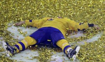 Zviedrijas hokejisti neslēpj sajūsmu par smagā spēlē izcīnīto čempiona titulu