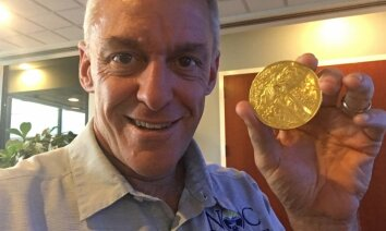 Septiņus gadus veca meitene atkritumos atrod olimpisko zelta medaļu