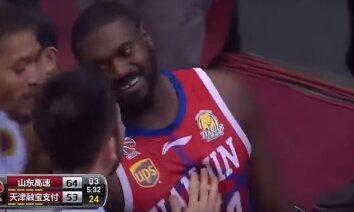 Video: Basketbolists skrien pakaļ pretiniekam, mēģinot izrēķināties
