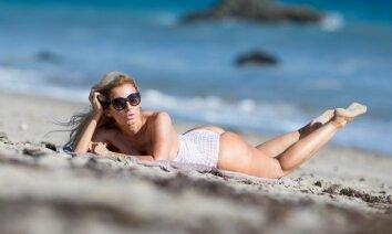 'Playboy' modele draiskojas pludmalē