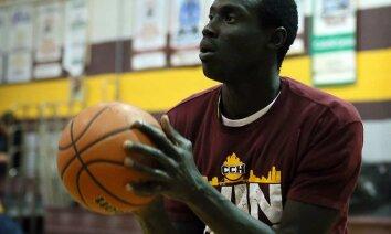 Basketbolists melo par savu vecumu un 29 gados spēlē vidusskolas komandā