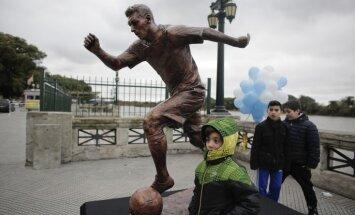 statue Lionel Messi in Buenos Aires