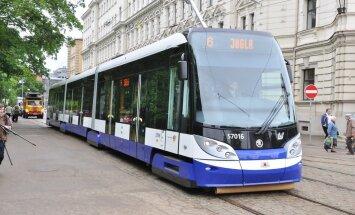 Rîgas Satiksme rîko pasâkumu bçrniem, jaunais zemais 6. tramvajs uzsâk regulârus braucienus.