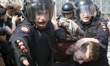 Politisko pretinieku vajāšanai Krievijā izmanto maigākas padomju metodes