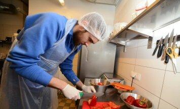Foto: BK 'Ventspils' spēlētāji rosās virtuvē