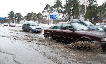 Водопровод отремонтировали: восстановлено движение транспорта на въезде в Ригу через Берги
