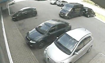 Video: Pārdaugavā mikroautobuss apskādē 'Mercedes' un aizmūk
