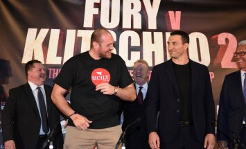 British heavyweight boxer Tyson Fury (L) poses alongside Ukrainian heavyweight Wladimir Klitschko