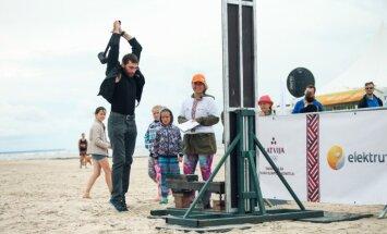 Foto: Liepājas pludmalē uzlādē 'Enerģijas lāpu' olimpiešu atbalstam