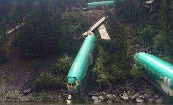 Foto: ASV no sliedēm noskrējis vilciens ar 'Boeing' fizelāžām