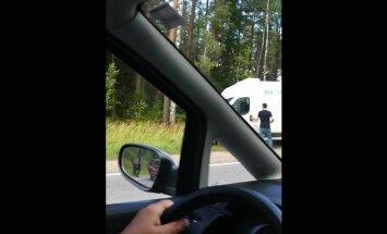 Video: Uz autoceļa Rīga-Ventspils sadūrušās trīs automašīnas; divi cietušie