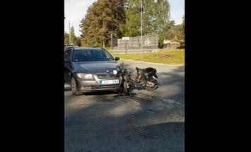 Video: BMW un motorollera sadursme pie Baložiem; cietis jaunietis