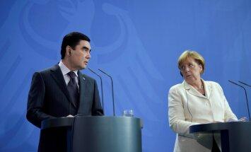 Президент Туркмении удивил Меркель заменой стакана с водой