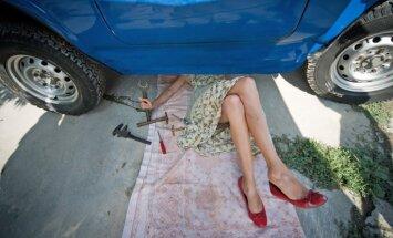 Latvijas sievietēm ķibelēs ar auto palīdz vīrs vai mīļotais draugs